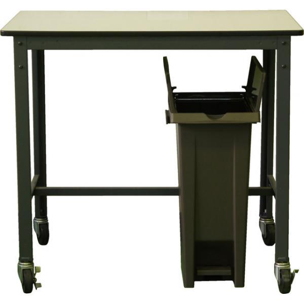 蓋が観音開きなので、机の下でも開けられます。